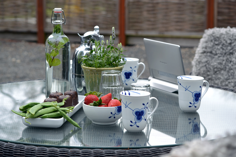 anrettet bord med kaffe, vand, frugt og chokolade